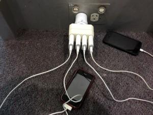 vor dem Abflug am Flughafen noch mal die Handys laden